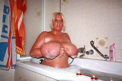emilia-boshe-having-a-bath